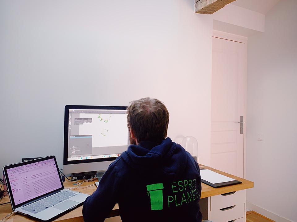 Laurent, notre graphiste au travail sur vos gobelets
